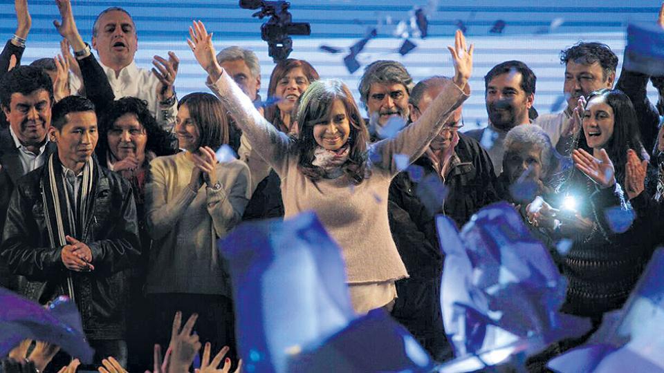 Cristina Kirchner, candidata de Unidad Ciudadana, se perfila como triunfadora en el escrutinio.