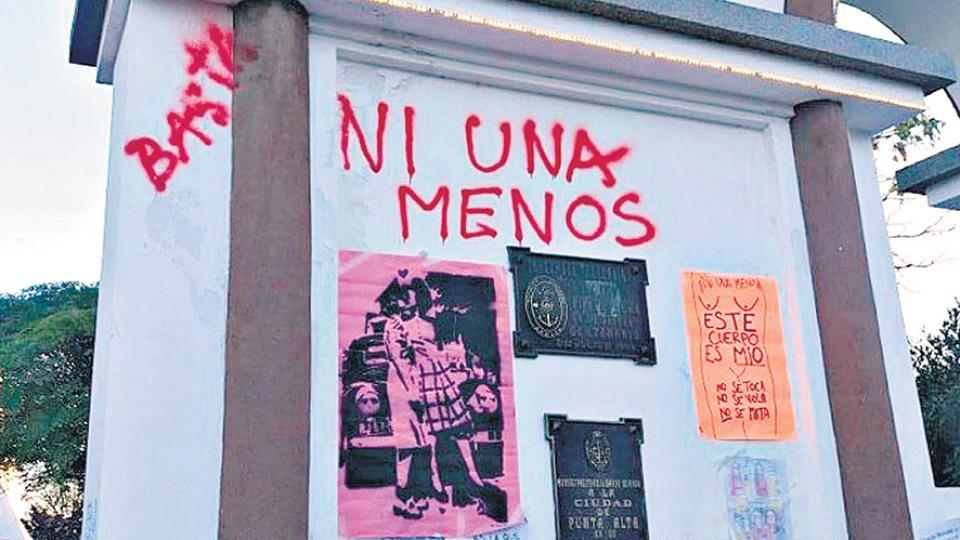 Corrales fue llevada ante la Justicia por graffitis                  como este.
