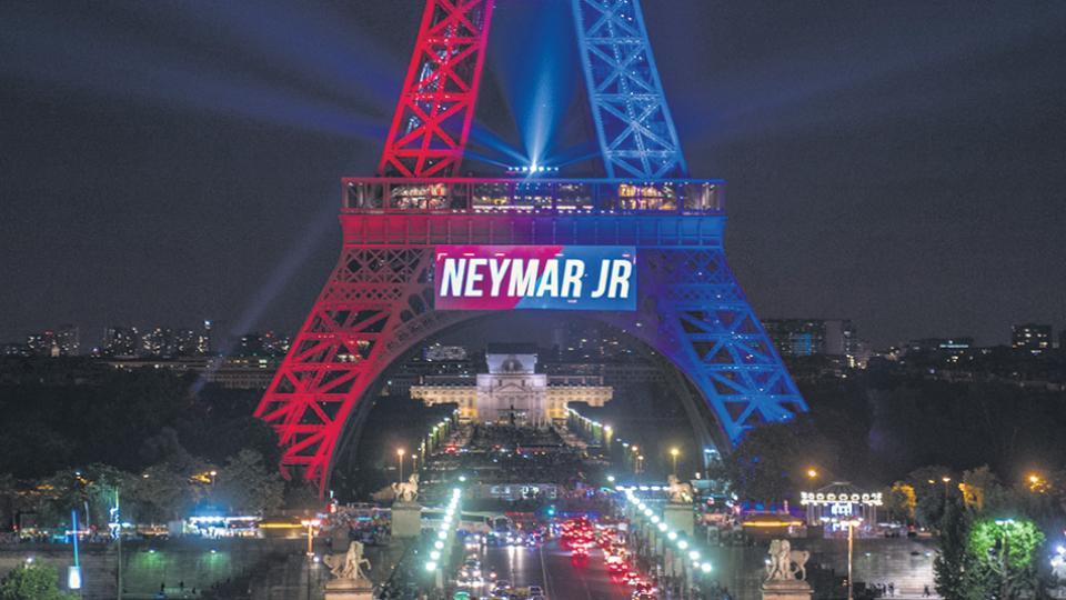 La Torre Eiffel se iluminó con los colores del equipo PSG para celebrar la llegada de Neymar.