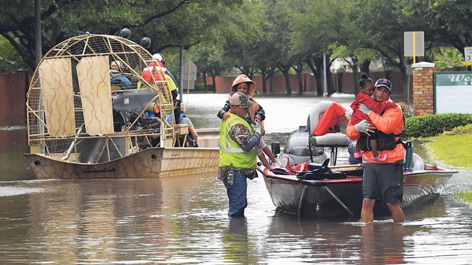 Las tareas de evacuación continúan en Houston, complicadas por las constantes lluvias y el desborde de diques.