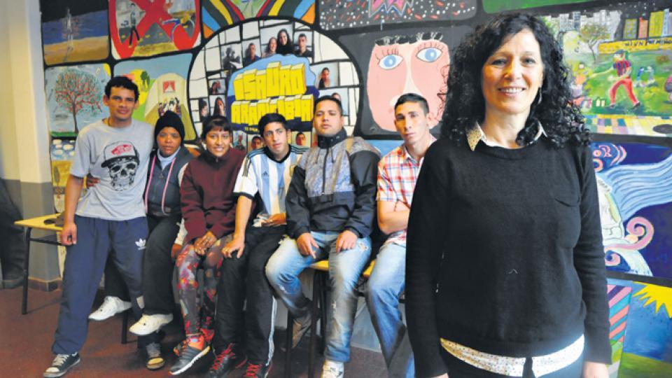 Susana Reyes, la directora del Instituto Isauro Arancibia, junto a algunos de los alumnos del establecimiento ubicado en la avenida Paseo Colón al 1300.
