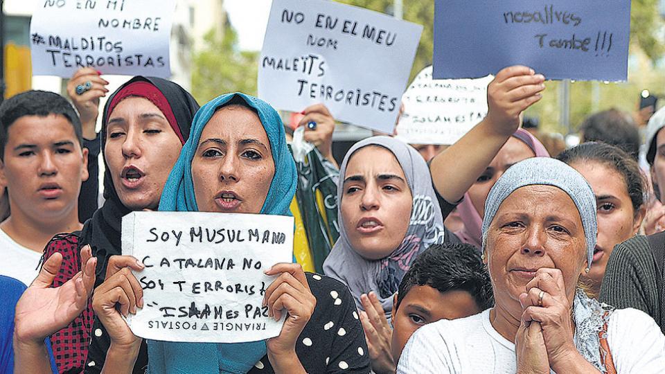 Mujeres musulmanas residentes de Barcelona se manifiestan en contra de la estigmatización.