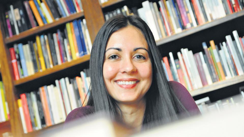 Colanzi nació en Santa Cruz de la Sierra y vive en Ithaca (Nueva York) desde 2009.