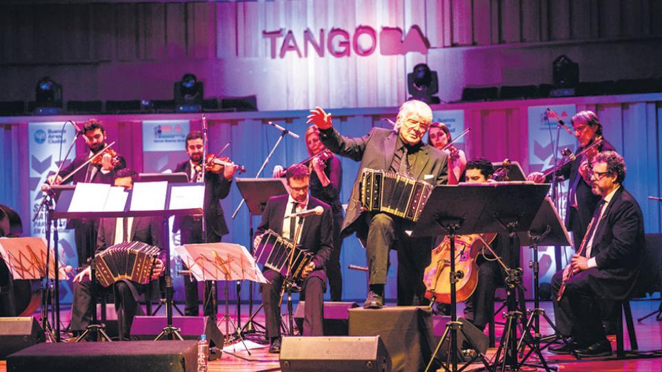 Osvaldo Piro y su orquesta colmaron el auditorio mayor de La Usina del Arte.