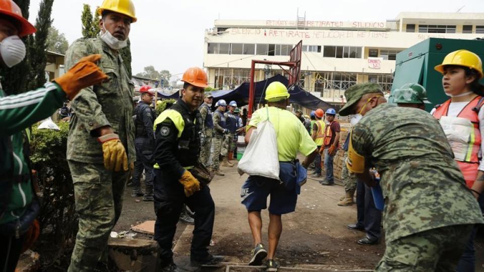 Labores de rescate en la zona donde se derrumbó el colegio al que se supuso que iba la inexistente Frida.