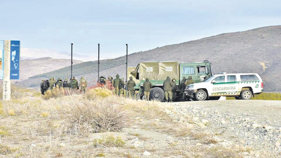 El Unimog, el día de la represión y una fila de gendarmes que se despliegan para ocultar lo que suben a la camioneta.