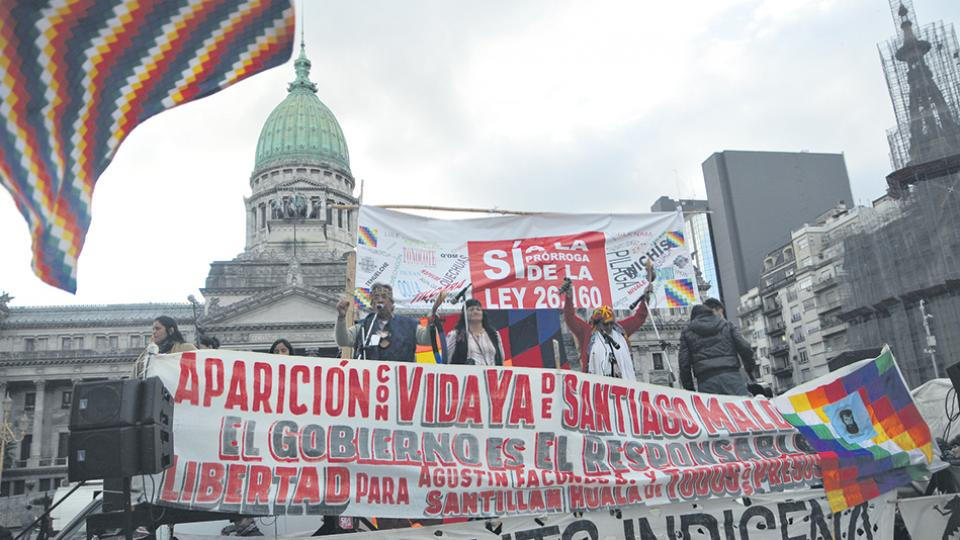 Los integrantes de organizaciones indígenas y sociales siguieron la sesión en las afueras del Congreso.