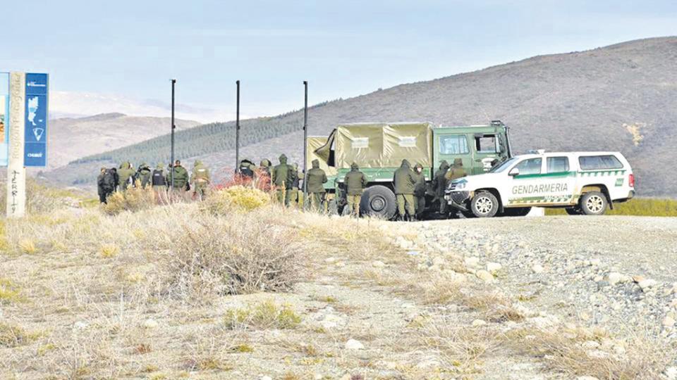 Un Unimog flanqueado por una hilera de gendarmes el 1 de agosto en el límite de la Pu Lof. Ailinco Pilquiman vio dos de esos camiones dentro.