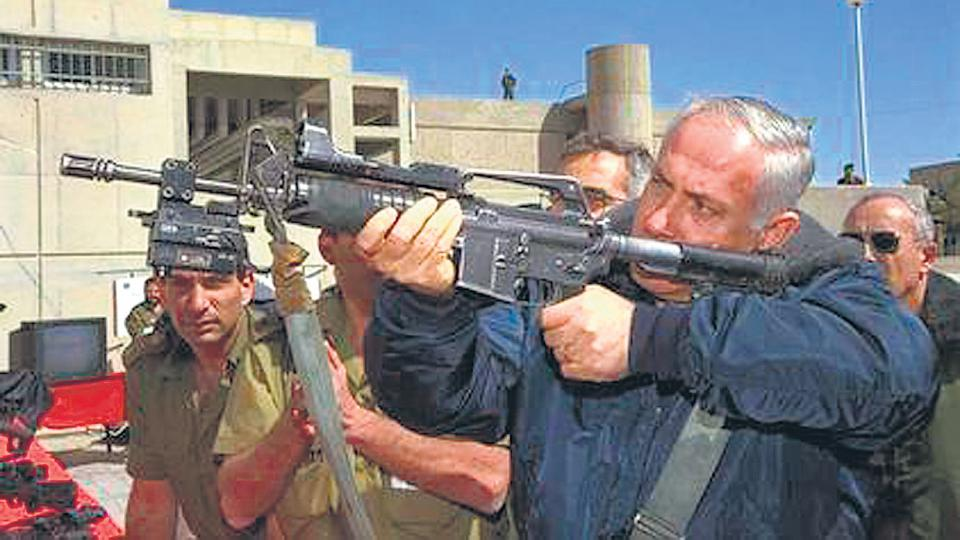 Netanhayu prueba una de las armas que Israel ofrece a la Argentina.