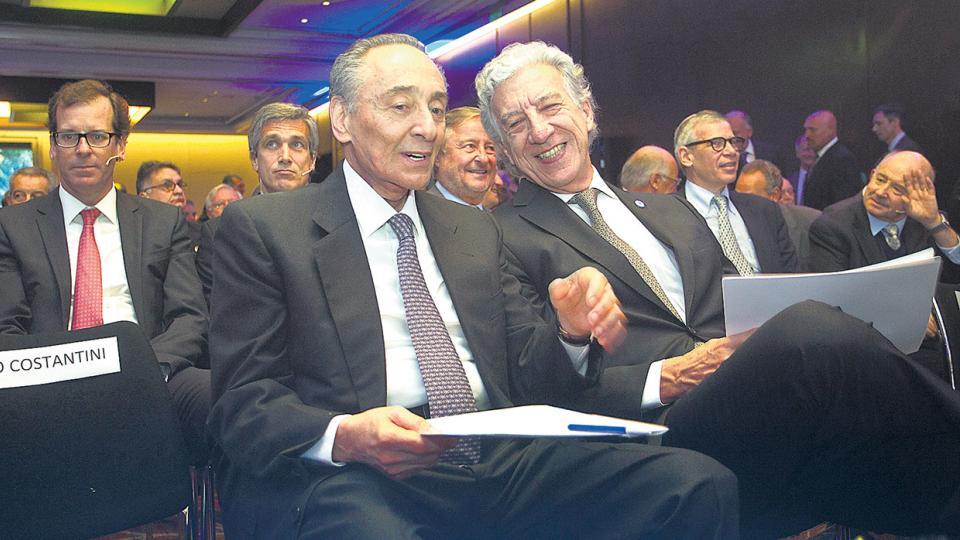 Sonrisas en el Duhau. Héctor Magnetto (Clarín) junto a Jaime Campos en el Encuentro de AEA de esta semana.