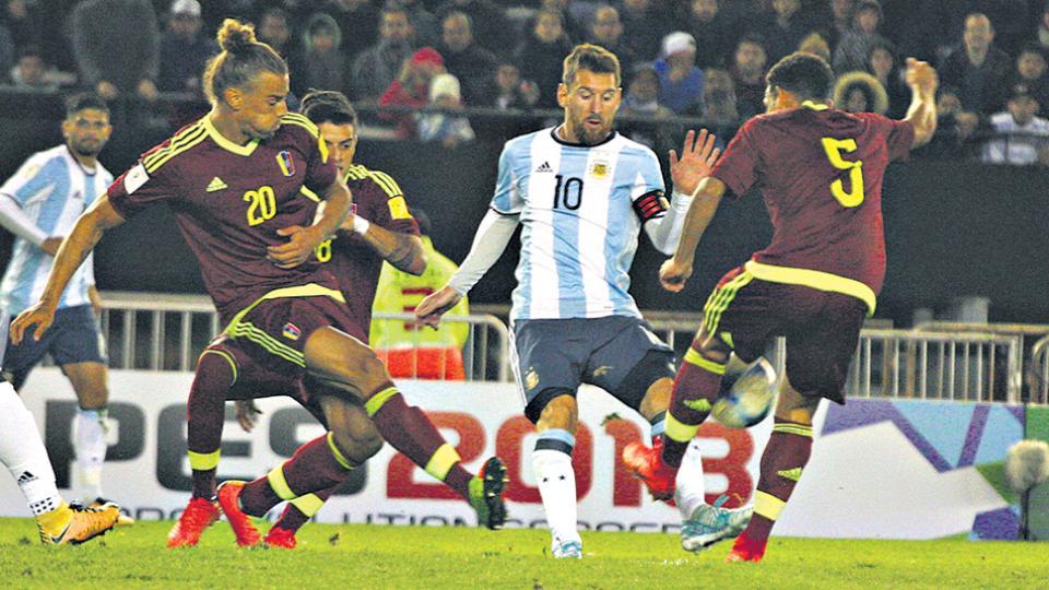 Messi intenta pasar entre Figuera y Fletscher. El capitán fue de lo mejorcito de Argentina.
