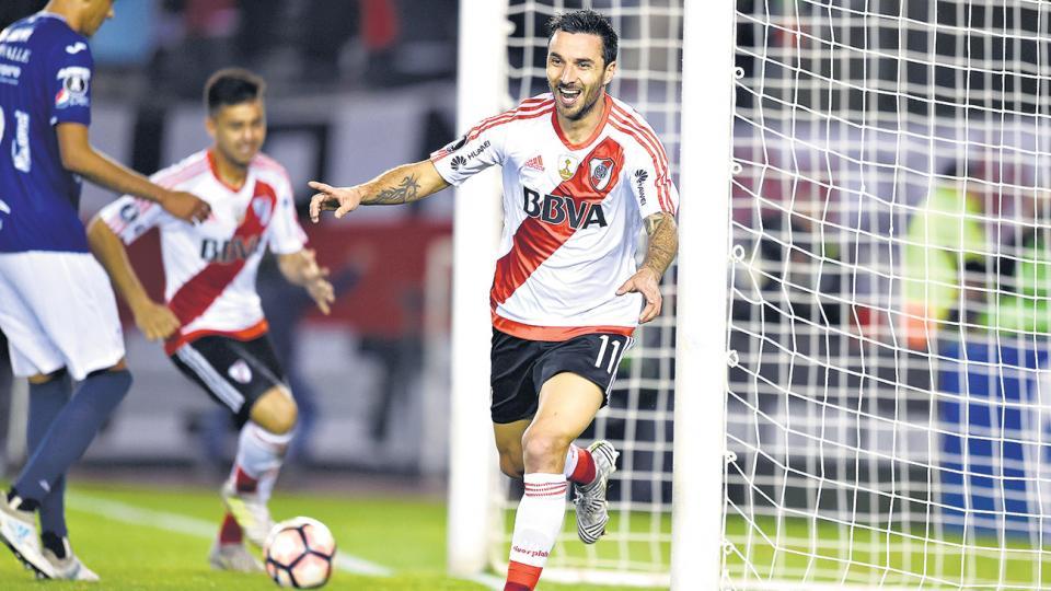 Ignacio Scocco mostró toda su capacidad goleadora en el estadio Monumental.