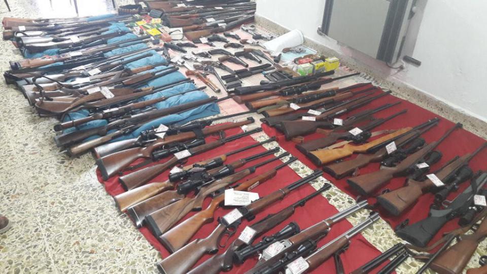 Encuentran armamento de guerra en un depósito de COTO Armamalvinas2_0