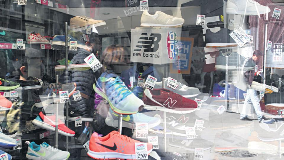Calzados y prendas importadas compiten con la producción nacional. Pero los precios siguen subiendo.