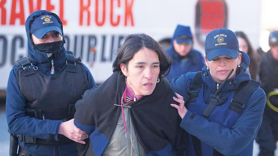 Romina Jones Huala en el momento de su detención en San Carlos de Bariloche.