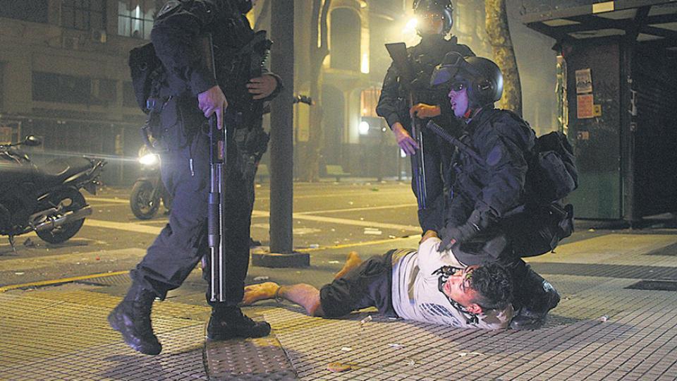 La primera marcha por Santiago Maldonado terminó con incidentes y detenciones arbitrarias.