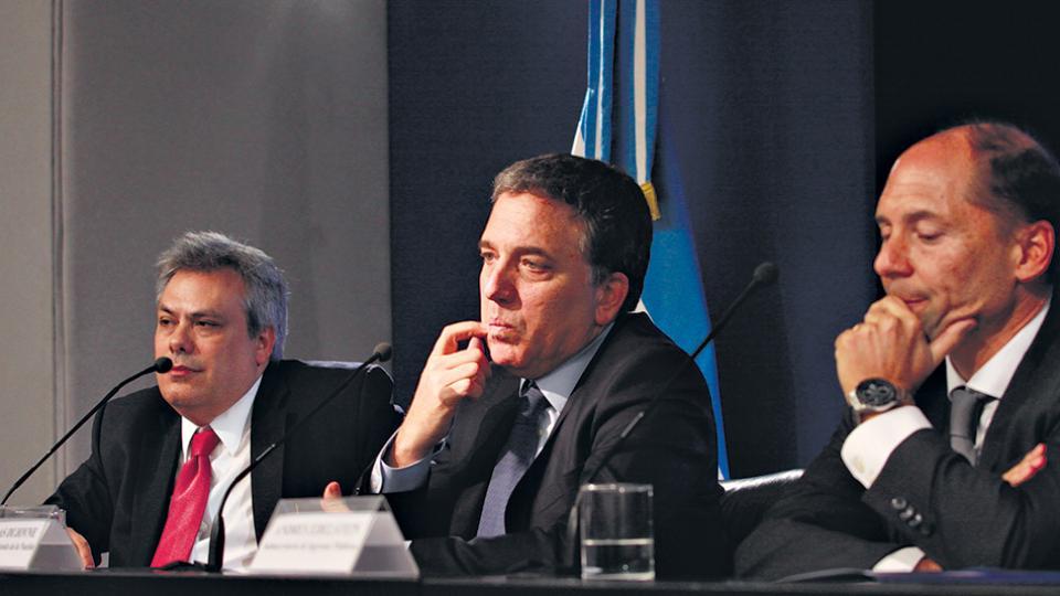 Nicolás Dujovne, rodeado por el secretario de Política Económica y el sub de Ingresos Públicos. El Impuesto al Cheque será deducible de Ganancias.