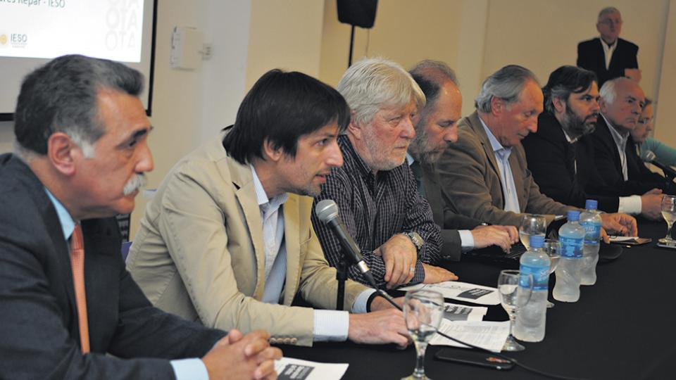 Los responsables del nuevo Observatorio de Tarifas durante el lanzamiento en la Universidad Metropolitana para la Educación y el Trabajo.