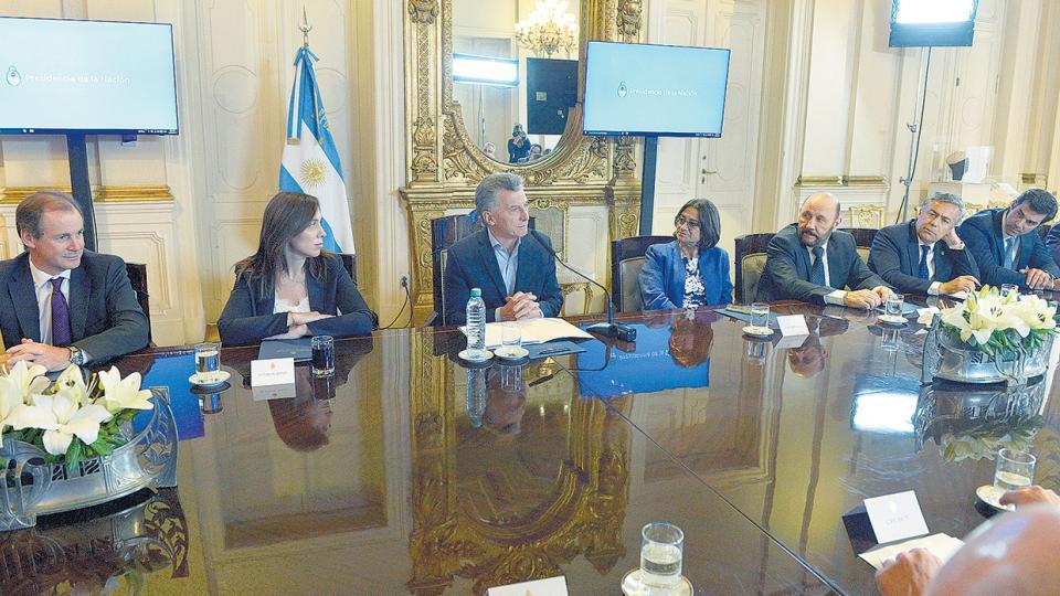 El presidente Mauricio Macri recibió a los gobernadores en torno a una mesa y rodeado por las cámaras oficiales.
