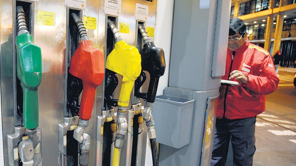 El litro de premium de YPF en Buenos Aires pasará de 24,61 pesos a un valor que oscilará entre 25,8 y 27 pesos.