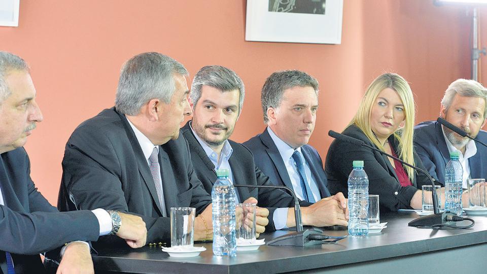 Tras la firma hubo sonrisas, pero lejos de los micrófonos los gobernadores se quejaron de que se privilegió a Vidal.