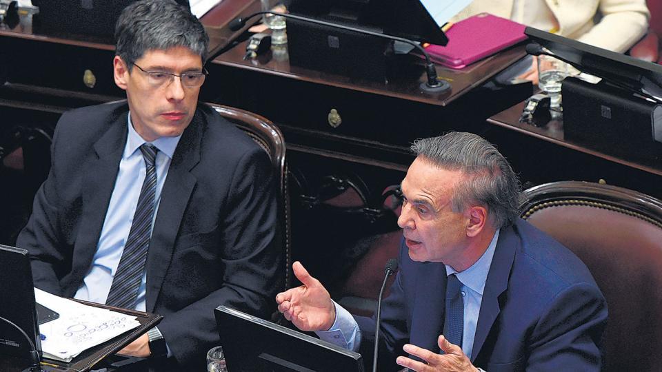 El jefe del bloque de senadores del PJ, Miguel Angel Pichetto, en el debate junto a Juan Manuel Abal Medina.