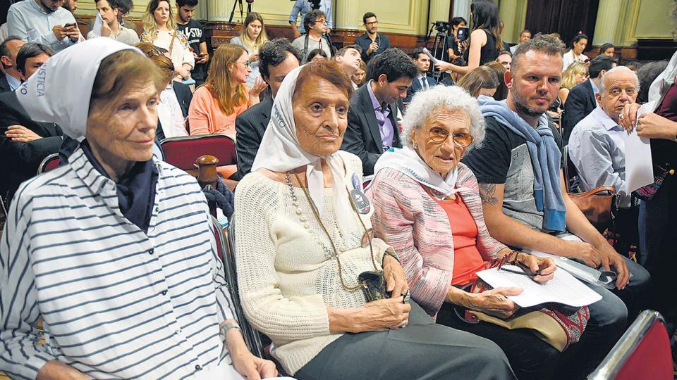Laura Conte, Taty Almeida, Lita Boitano y Carlos Pisoni ayer, en la audiencia del Senado.