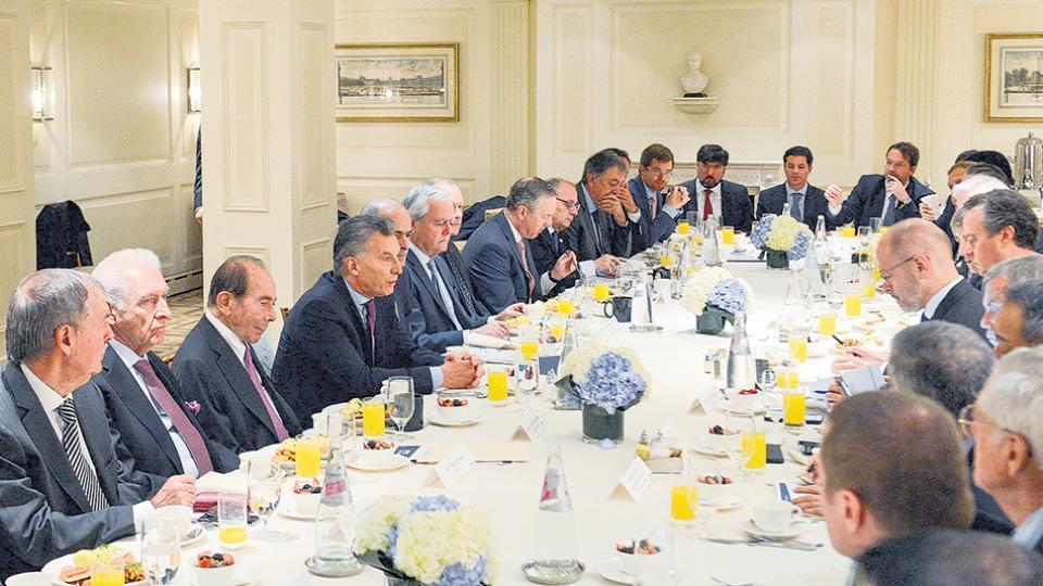 El Presidente reunido con empresarios y acompañado por Diego Bossio y el gobernador Juan Schiaretti.