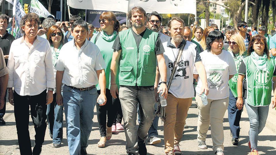 Los estatales de ATE y Pablo Micheli, de la CTA, participaron ayer de una movilización en Neuquén.