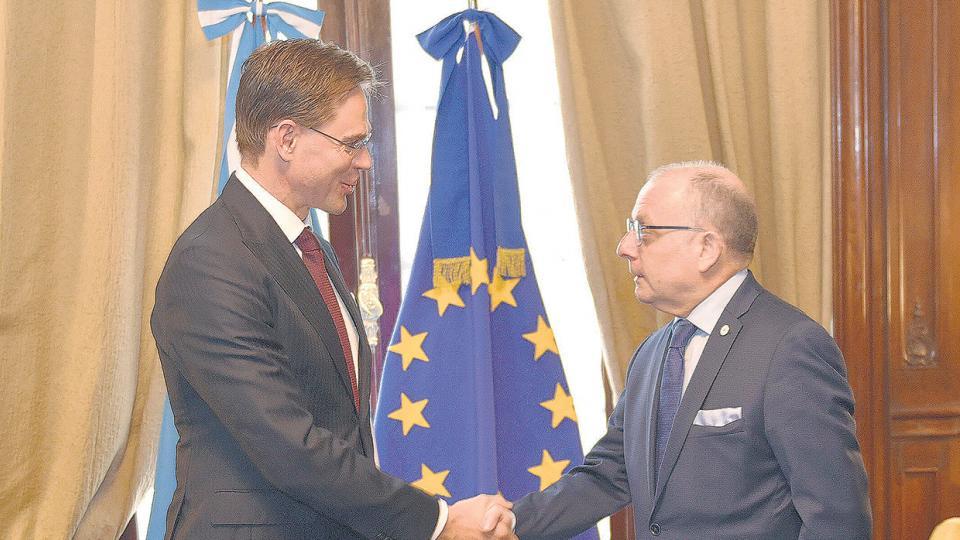 El canciller Faurie con el vicepresidente de la Comisión Europea, Katainen.