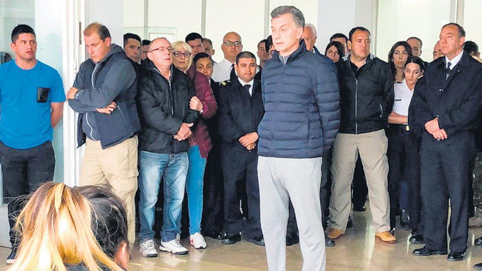 En su encuentro con los familiares de los submarinistas, Macri fue increpado por una madre.