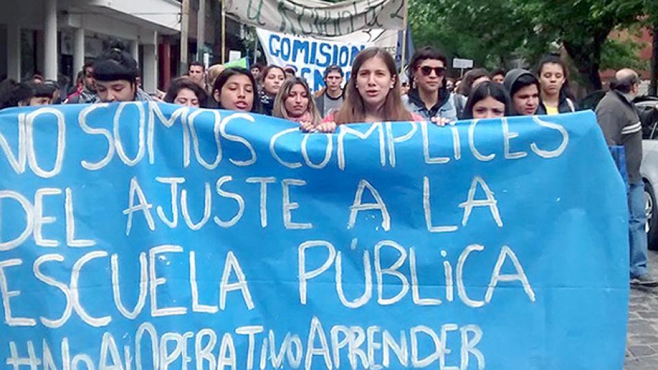 Los gremios docentes denuncian que los pretenden tomar como ejecutores del ajuste a la educación pública.