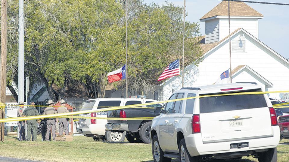 El tiroteo masivo ocurrió en la iglesia baptista de Sutherland Springs; el atacante fue perseguido y encontrado muerto en su auto.