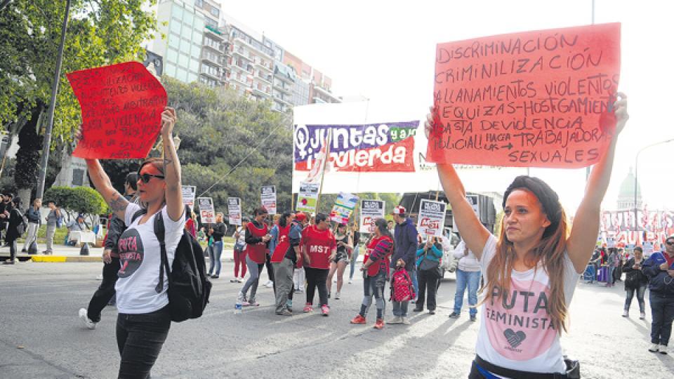 Las consignas se multiplicaron en banderas y carteles.