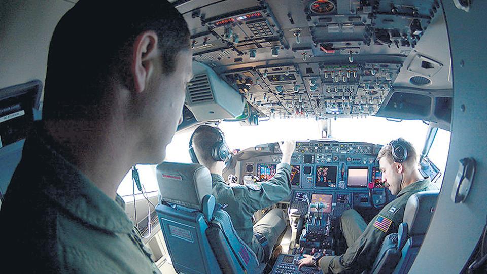 El apoyo aéreo es fundamental para las tareas de búsqueda del submarino en el Mar Argentino.