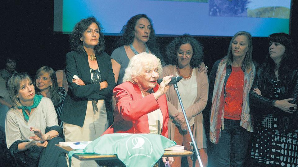 Nelly Minyersky entre las presentes en la entrega de distinciones de la Fundación Agenda de las Mujeres.