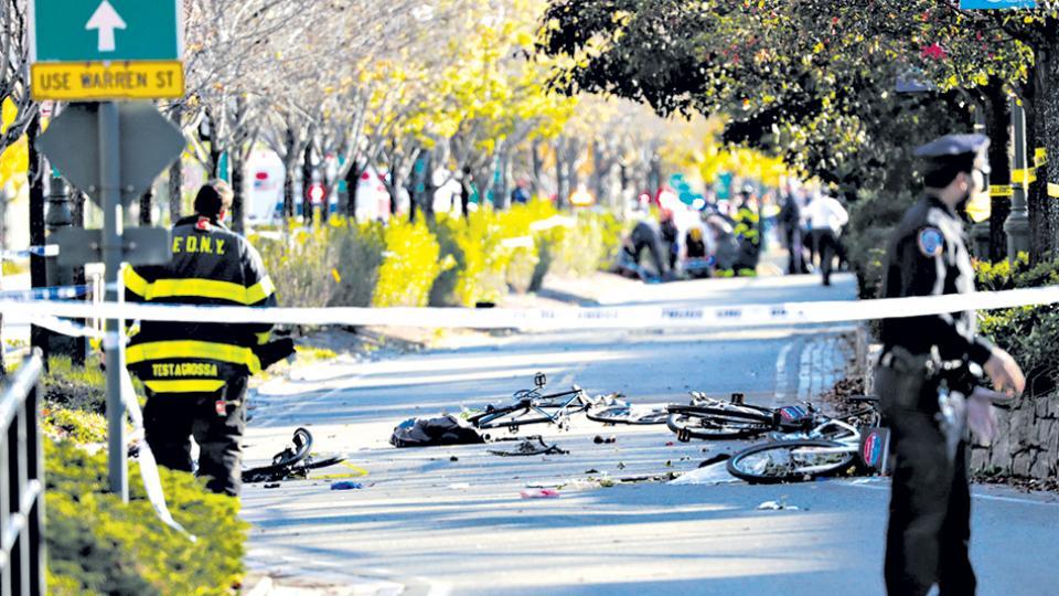 Restos de bicicletas y vidrios rotos en el camino del asesino de la bicisenda del sur de Manhattan en Nueva York.