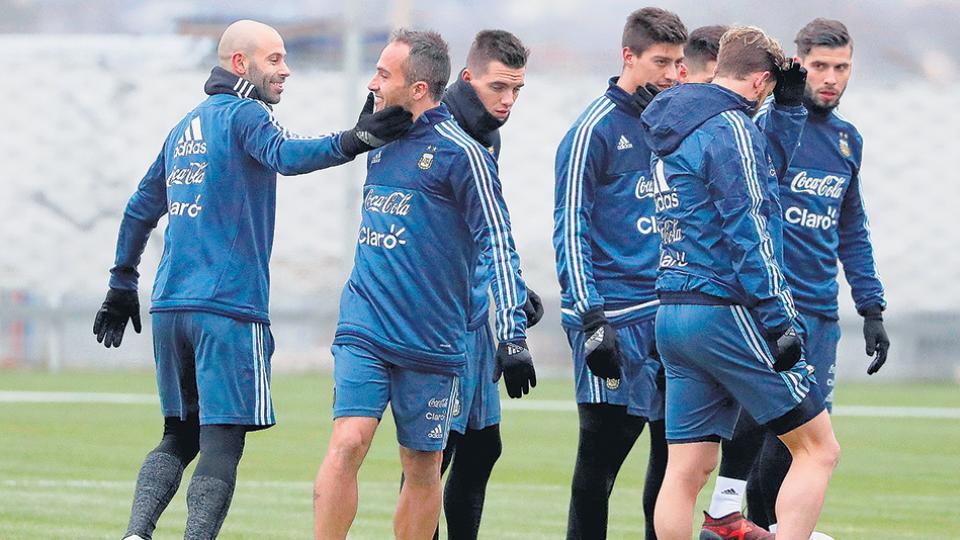 Javier Mascherano, defensor y subcapitán del seleccionado argentino de fútbol, con sus compañeros de equipo en Moscú.