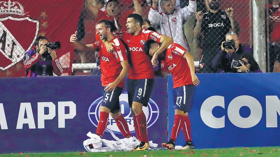 Gigliotti festeja su segundo gol abrazado a Silva, autor del centro que el Puma desvió.