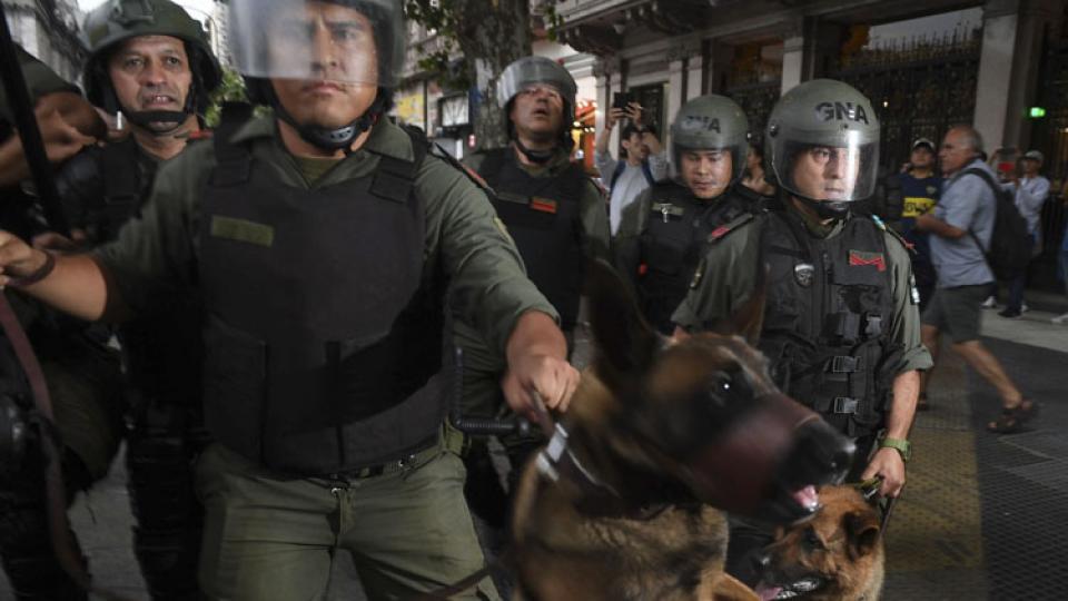 Horacio Pietragala, diputado por Unidad Ciudadana, tratando de evitar el hostigamiento de Gendarmería