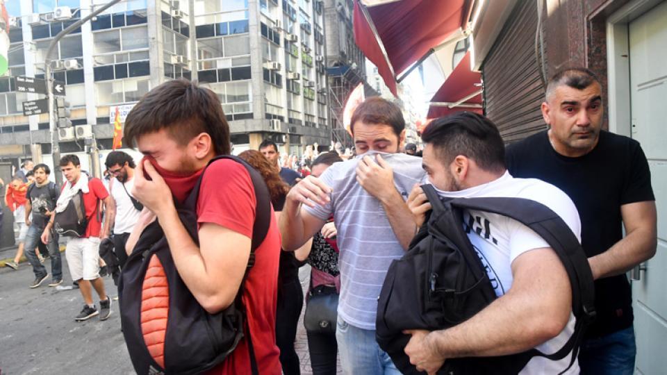 La represión se extendió más allá del Congreso con gases y palos.