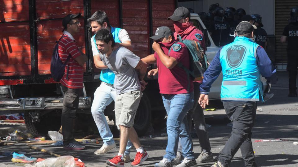 Los incidentes del lunes tuvieron decenas de detenidos y heridos.