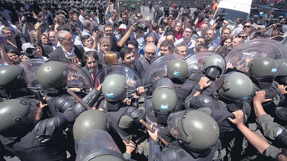 El enorme operativo de seguridad incluyó balas de goma, gases lacrimógenos y camiones hidrantes que apuntaron a los manifestantes.