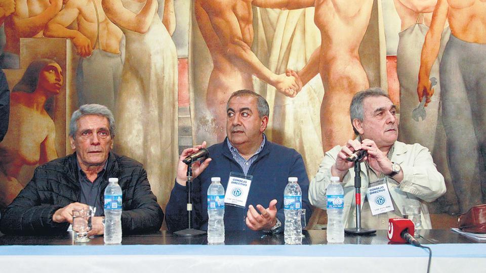 Los triunviros de la CGT, Carlos Acuña, Héctor Daer y Juan Carlos Schmid informaron ayer el llamado al paro general.