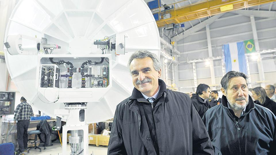 Agustín Rossi en la sede del Invap en Bariloche, cuando dio marcha a la primera parte del convenio con la empresa.