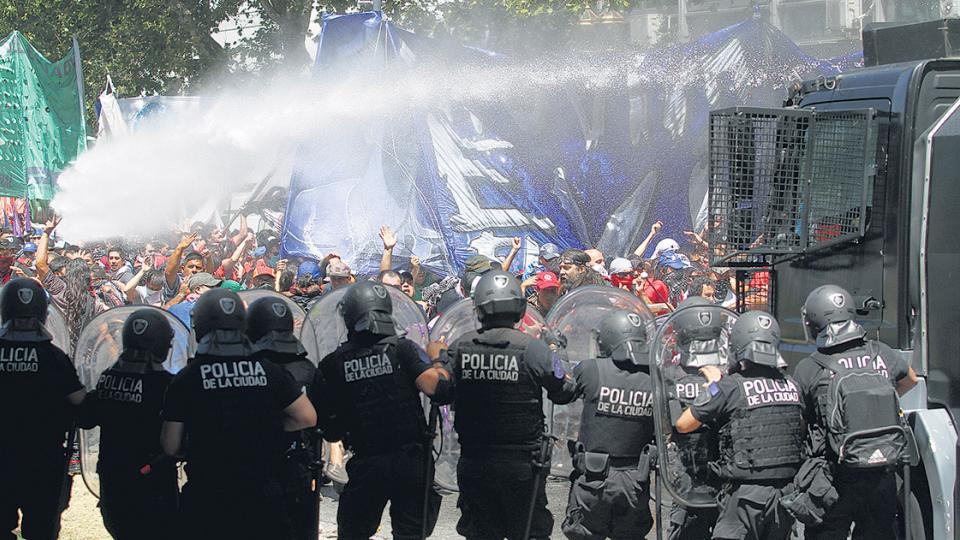 La represión policial provocó decenas de heridos durante las manifestaciones contra la reforma previsional.