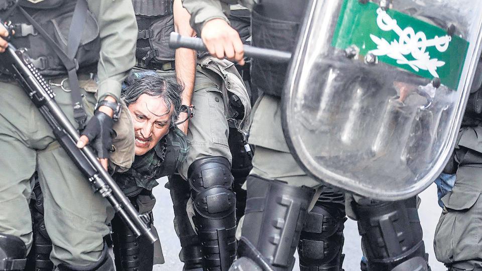 Fue evidente que la orden era no dejar que los manifestantes llegaran al Congreso y la represión empezó no bien llegaron a las vallas.