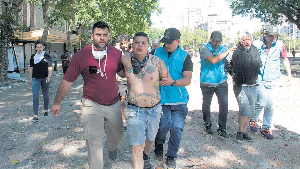 Las fotos mostraron a policías de civil realizando detenciones de los manifestantes.