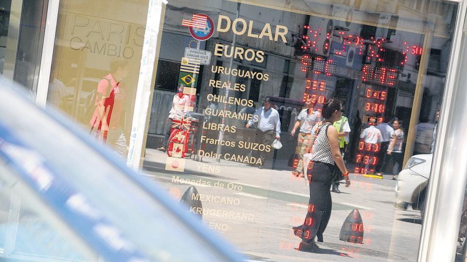 El dólar acumula un incremento del 21 por ciento en 2017, frente a una inflación en doce meses del 22,3.