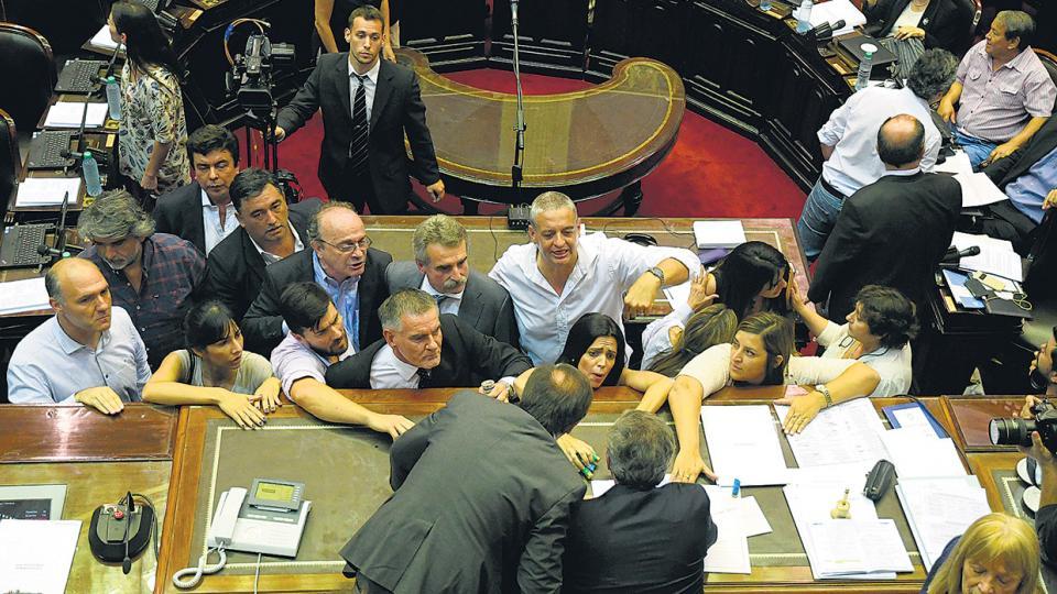 Los legisladores de la oposición se acercaron al presidente de la Cámara, Emilio Monzó, para exigir la suspensión de la sesión.